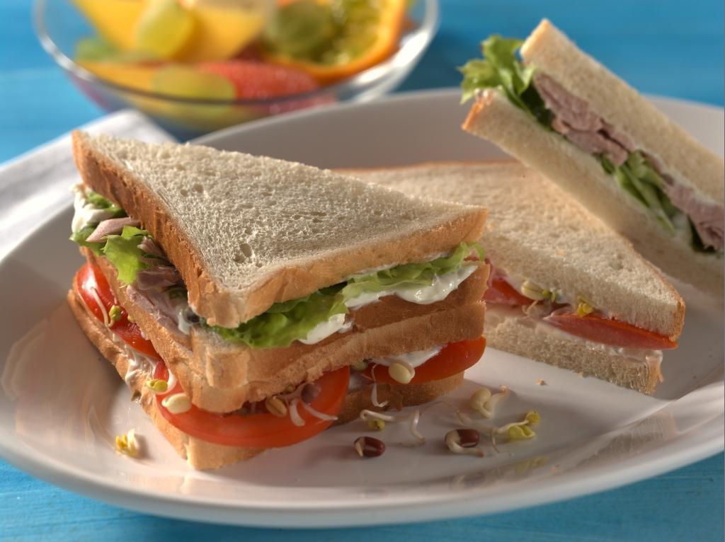 thunfisch und tomaten sandwich