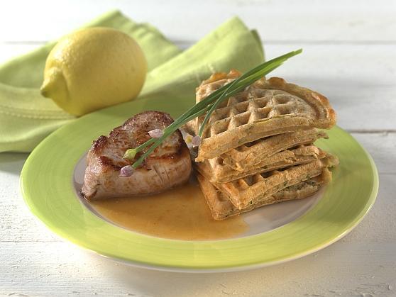 Zucchini-Kartoffelwaffeln mit Schweinemedaillons in Zitronensauce - BCM Diät Rezepte.de