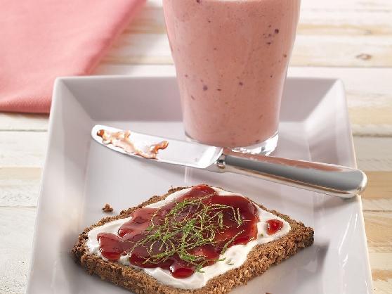 Süßes Frühstücks-Vollkornbrot mit einem Beerensmoothie - BCM Diät Rezepte.de