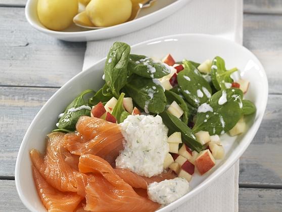 Räucherlachs mit Pellkartoffeln und Apfel-Spinatsalat - BCM Diät Rezepte.de