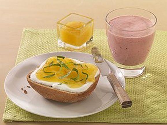 Süßer Power-Frühstücksdrink mit Marmeladen-Quark-Brötchen - BCM Diät Rezepte.de