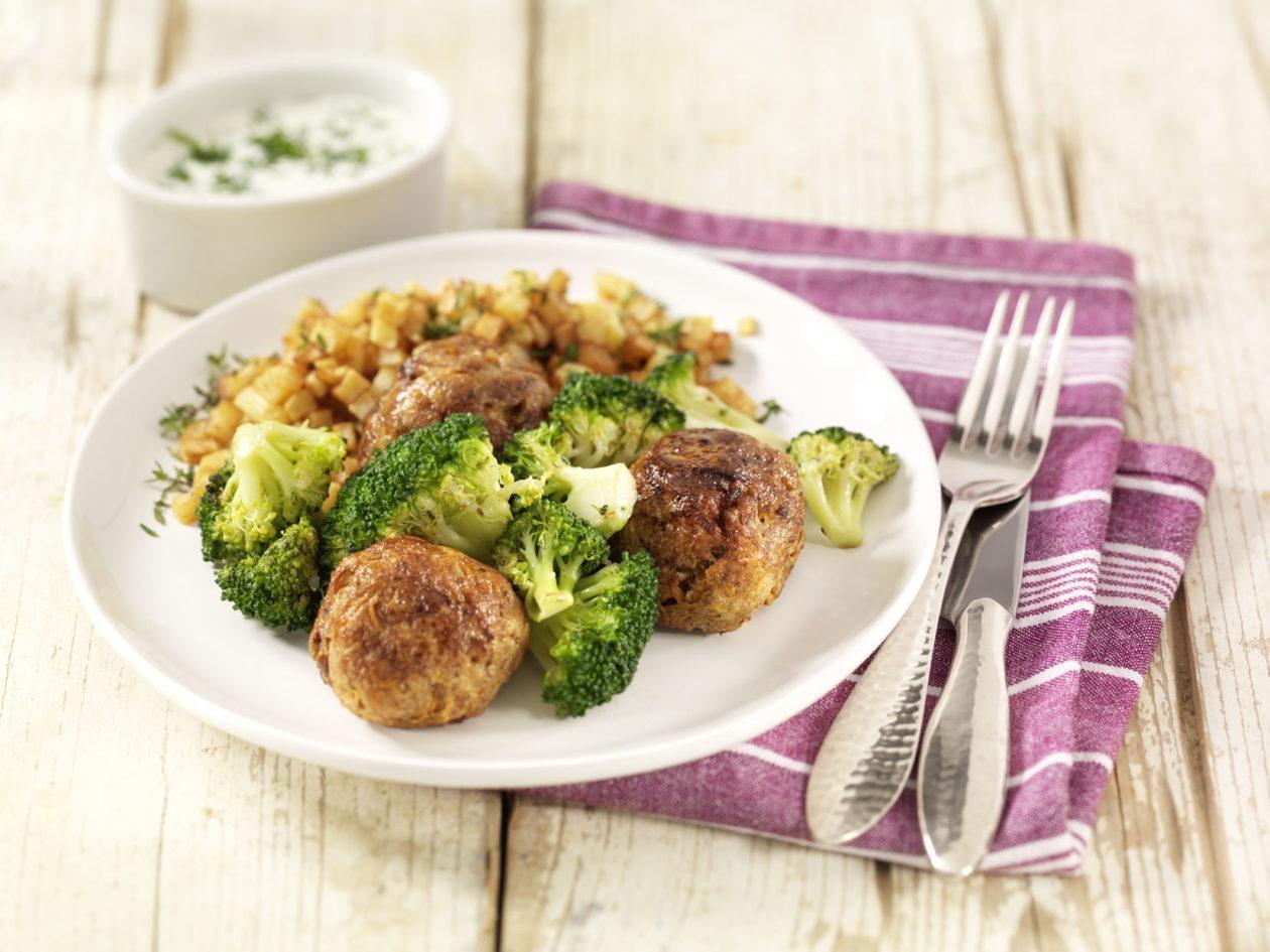 Hackbällchen mit Broccoli in Kräuterbéchamelsauce und Kartoffelwürfeln - BCM Diät Rezepte.de