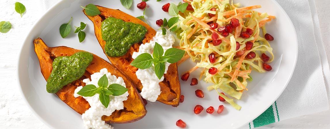 Süßkartoffeln mit Rohkost-Salat, Hüttenkäse und Pesto - BCM Diät Rezepte.de